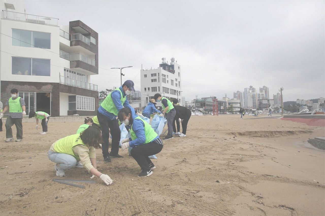 일광해수욕장 일원 '해양쓰레기 집중수거' 정화활동 /사진제공=부산시