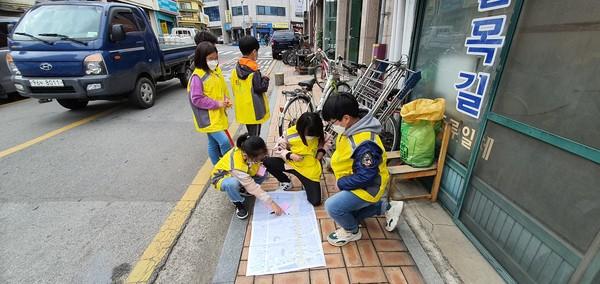 구례중앙초등학교 4학년 학생들과 함께 한 걷는 길 조사, 지도만들기, 제안서 작성하기 (2020년 11월 17·19· 26일). /사진제공=국립공원을지키는시민의모임 윤주옥 공동대표